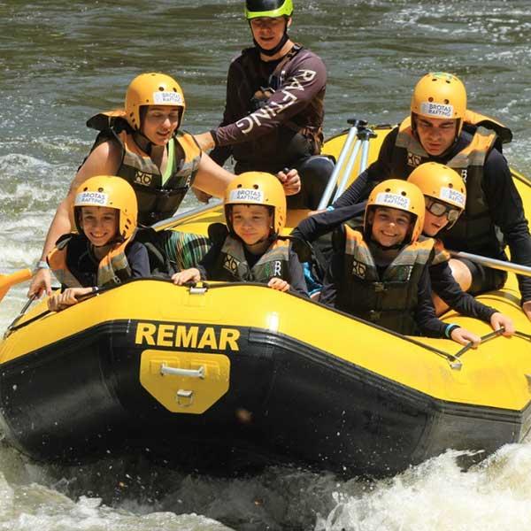 bote-de-mini-rafting-com-a-brotas-rafting-com-casal-e-quatro-crianças-sorrindo