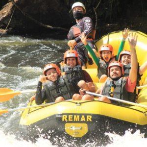 bote-de-rafting-descendo-a-corredeira-com-pessoas-vibrando