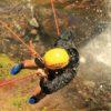 Pessoa-fazendo-canioning-vista-de-cima-da-cachoeira.