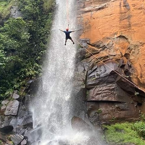 Pessoa-fazendo-canioning-em-meio-a-cachoeira-da-figueira