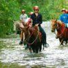 Cavalgada da furna passando por dentro do rio