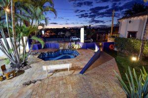 Por do sol multicolorido visto da piscina da pousada