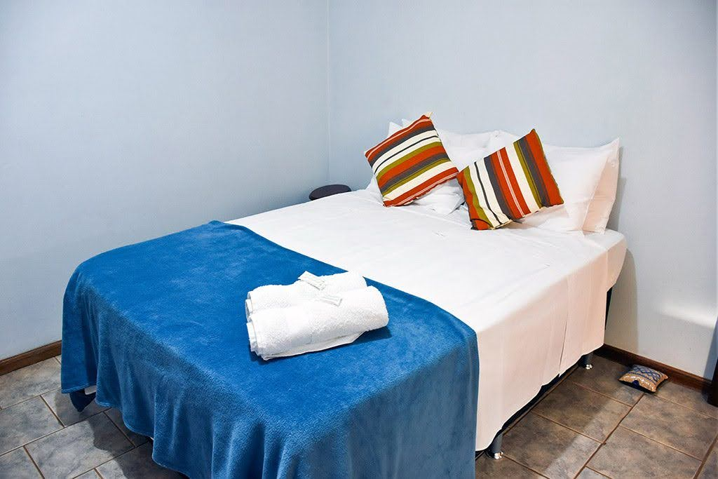 Suíte com cama de casal na pousada em Brotas