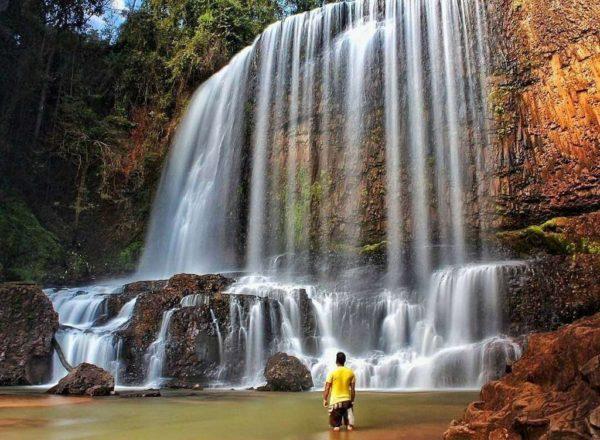 Pessoa observando a cachoeira do astor.