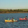 Duas-pessoas-remando-caiaque-na-represa-do-eco-parque-jacaré.