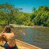 menina-sentada-no-deck-da-praia-do-poção-vendo-outras-duas-nadando