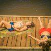 meninas-tomando-sol-no-deck-da-praia-do-poção-em-brotas
