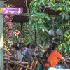 pessoas-sentadas-nas-mesas-do-restaurante-do-poção