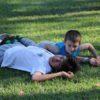 crianças-deitadas-na-grama-poção-brotas