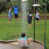 criança-sentada-na-ducha-de-verão-lavando-os-pés-poção-brotas