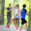 crianças-brincando-na-ducha-de-verão