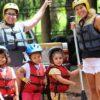 duas-mulheres-e-três-crianças-equipadas-de-colete e-capacete-para-o-mini-rafting