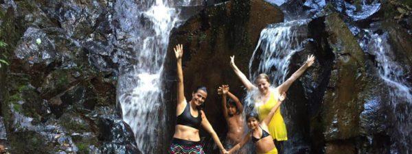 família-se-divertindo-com-os-braços-levantados-tomando-banho-de-cachoeira-no-viva-brotas