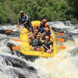 Bote-de-rafting-com-sete-pessoas-descendo-queda-de-dois-metros-e-meio-de-altura-em-degraus