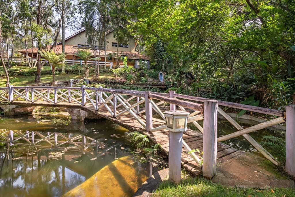 ponte-de-madeira-sobre-o-lago-com-peixes