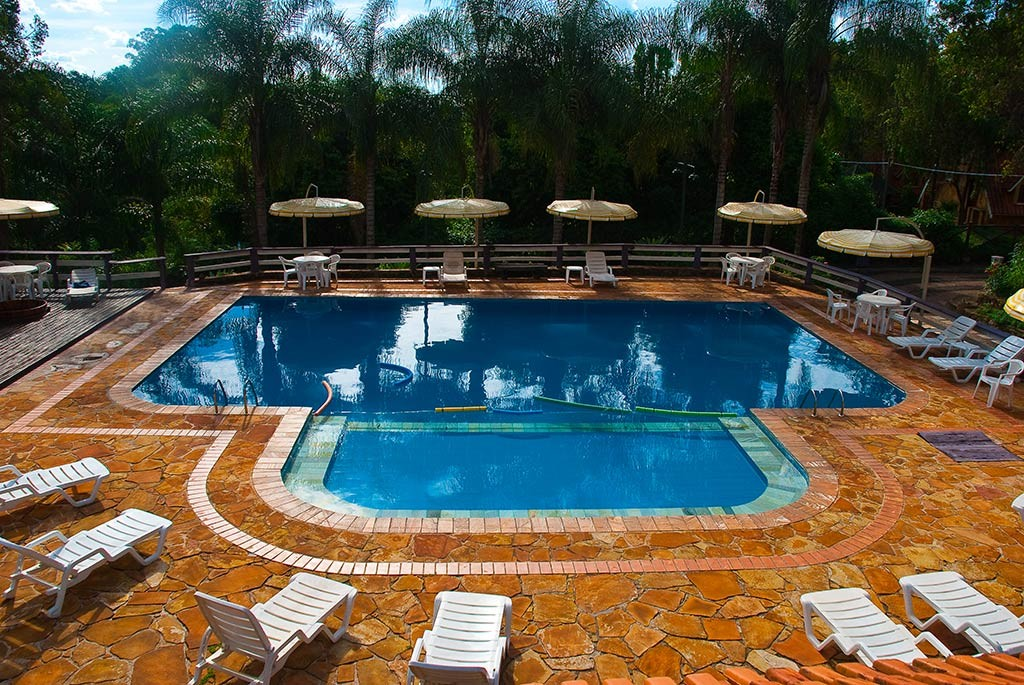piscina-com-espreguiçadeiras-ao-redor-da-pousada-miragua-refugios