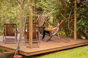 pessoa-relaxando-no-deck-de-madeira