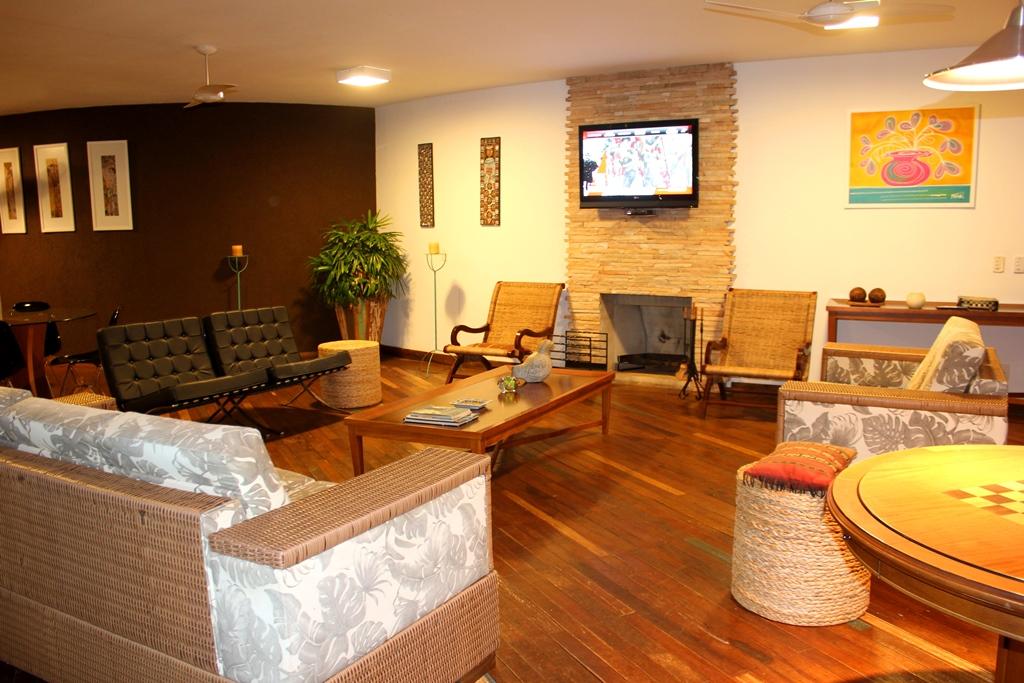 sala-de-tv-com-lareira-hotel-frangipani