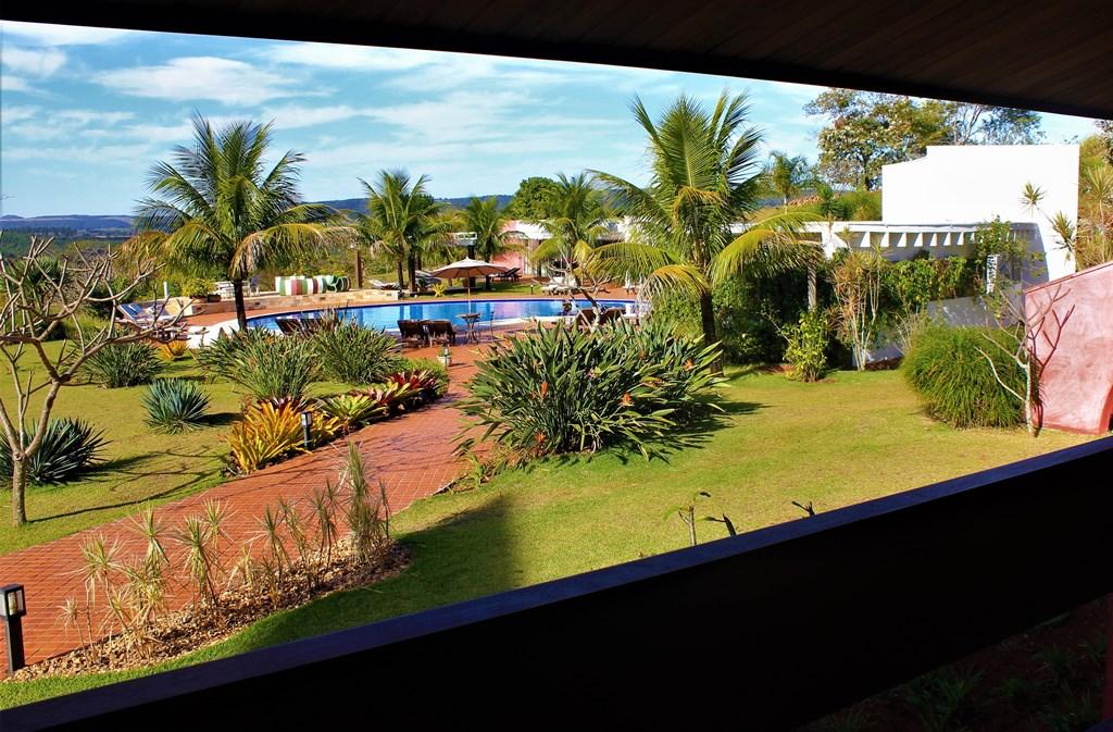 vista-da-piscina-e-jardim-olhando-da-varanda-do-quarto